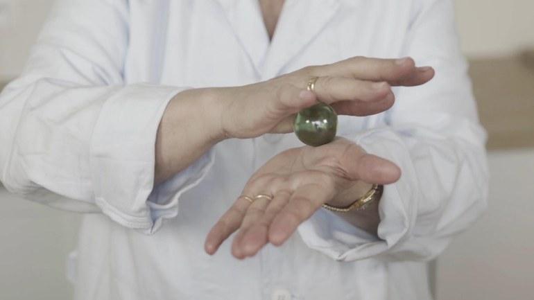 Marlies Pöschl & Les Maintenants, Aurore: found item: Hand, holding, 2018