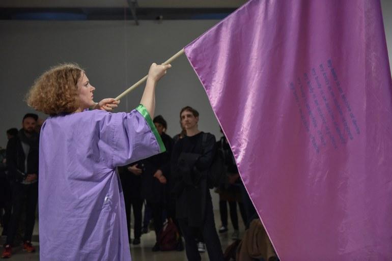 "Malu Blume, ""But they don't seem to go away"", Performance im Kunstraum Niederoesterreich, 2017, Foto © eSeL.at – Joanna Pianka"
