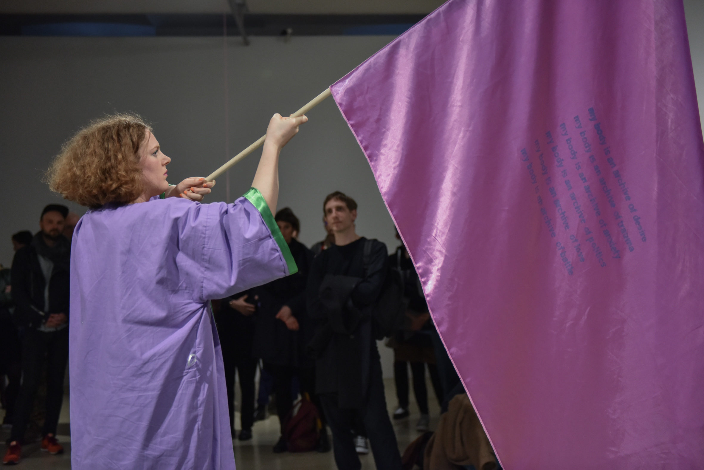 "Malu Blume, ""But they don't seem to go away"", Performance im Kunstraum Niederoesterreich, 2017, Foto © eSeL.at – Joanna Pianka"