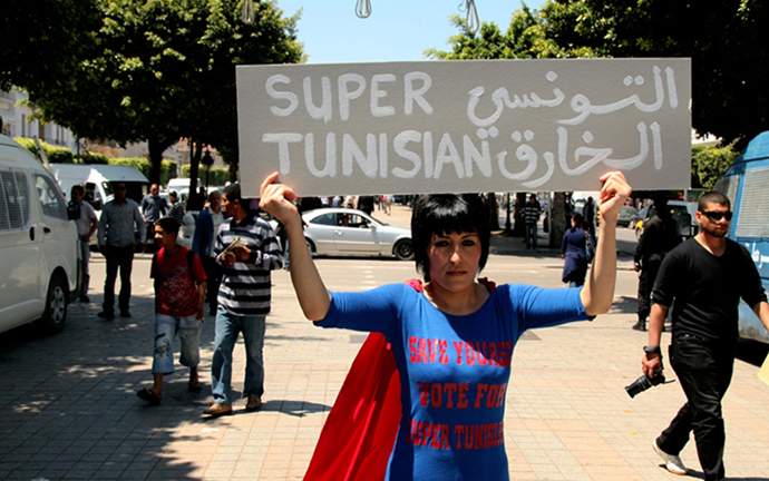 © Moufida Fedhila. SUPER TUNISIAN, Moufida Fedhila, St'art, 2011, Performance auf der Avenue Habib Bourguiba, Tunis